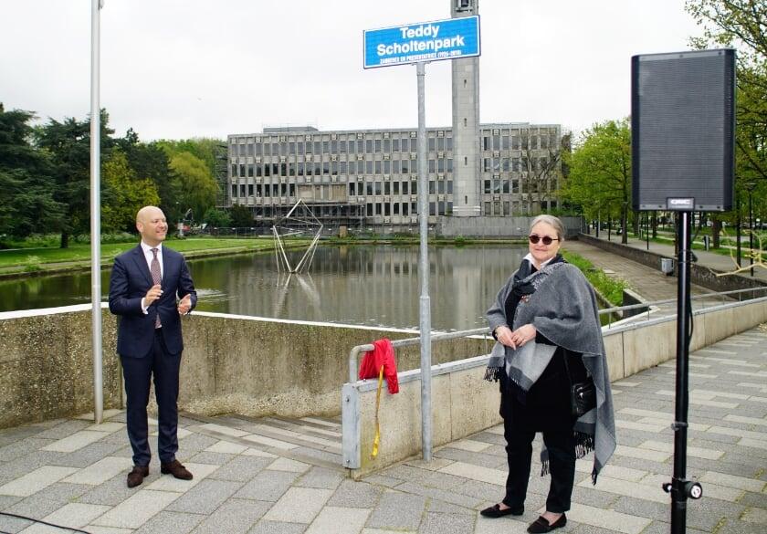 <p>Wethouder Armand Van de Laar en Ren&eacute; Scholten, dochter van Teddy Scholten onthullen het naambord bij het park.&nbsp;</p>