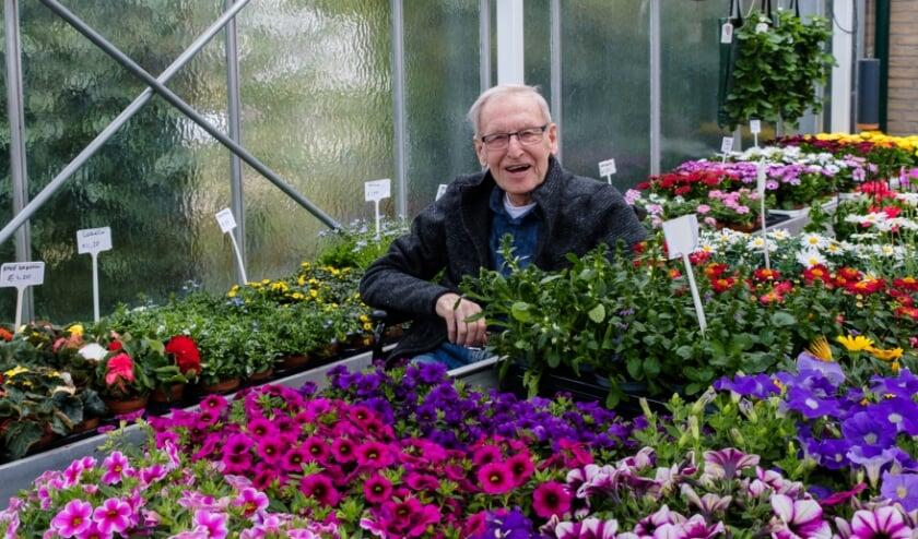 <p>&#39;Opa&#39; Rinus Dijkxhoorn tussen zijn geliefde planten in zijn kas</p>