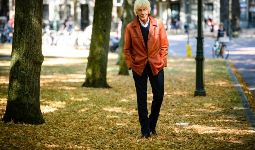 <p>Paul van Vliet wandelend op het Lange Voorhout.&nbsp;</p>