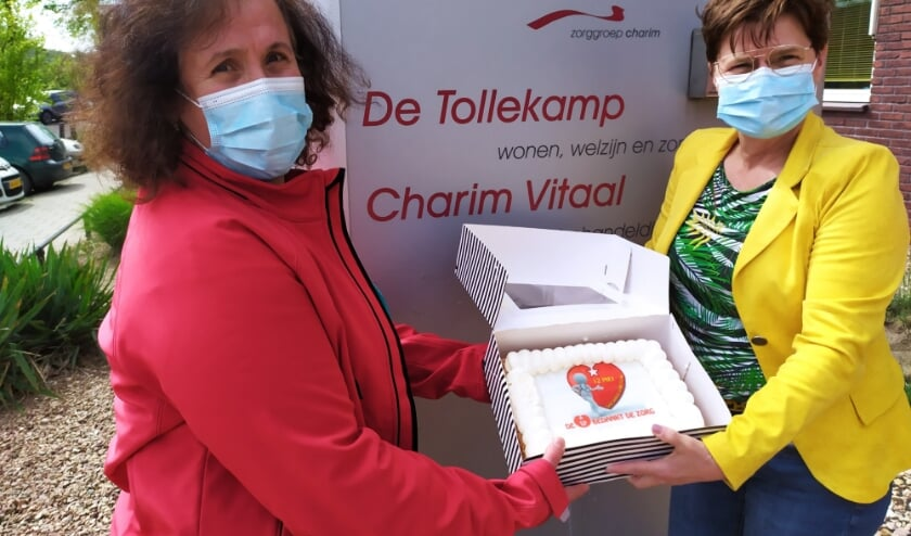 Rabia Bayma van SP Rhenen bezorgt een taart bij De Tollekamp