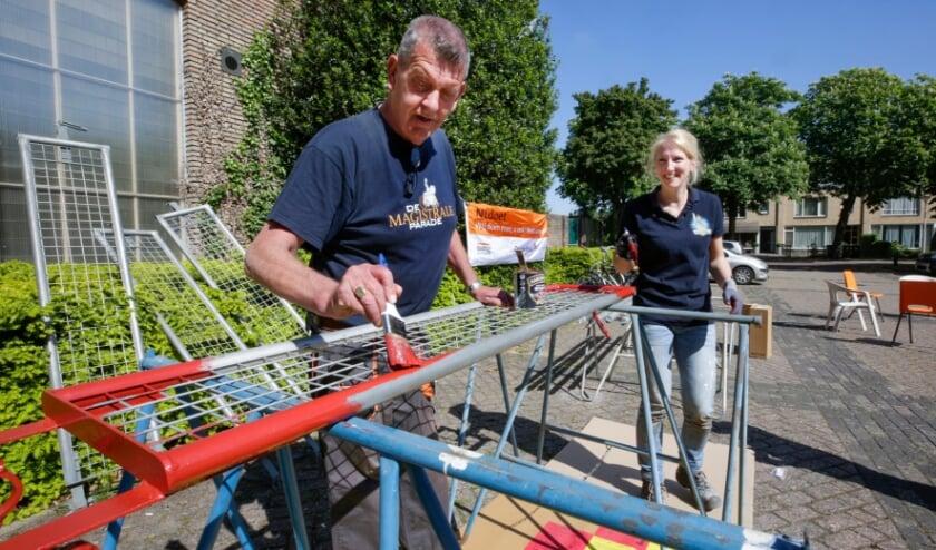 <p>Bij Buurtschap Hazenstraat zijn ze bezig met de voorbereidingen voor het Bloemencorso.</p>