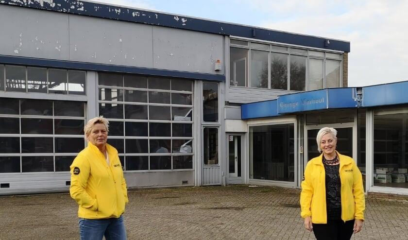 <p>Corrie Jansen en Ans Pluim bij een locatie waar mogelijk wat hoger gebouwd kan worden.</p>