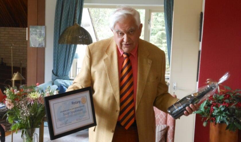 <p>Jaap Spakman ontving een oorkonde en champagne vanwege zijn 50-jarig lidmaatschap van Rotary Oldebroek/Elburg.</p>