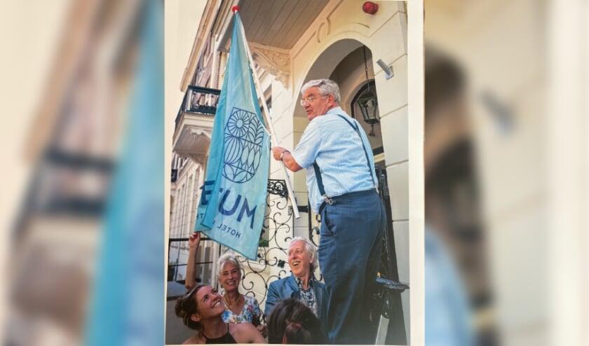 <p>Oud-burgemeester Jan van Zanen hijst de vlag bij het Muze Hotel Utrecht. Foto: PR</p>