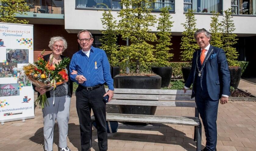 <p>Burgemeester Beenakker van Tiel verblijdt Gerard van Buuren op 26 april met een Koninklijke Onderscheiding. Links echtgenote Wil. Foto&nbsp; RD</p>