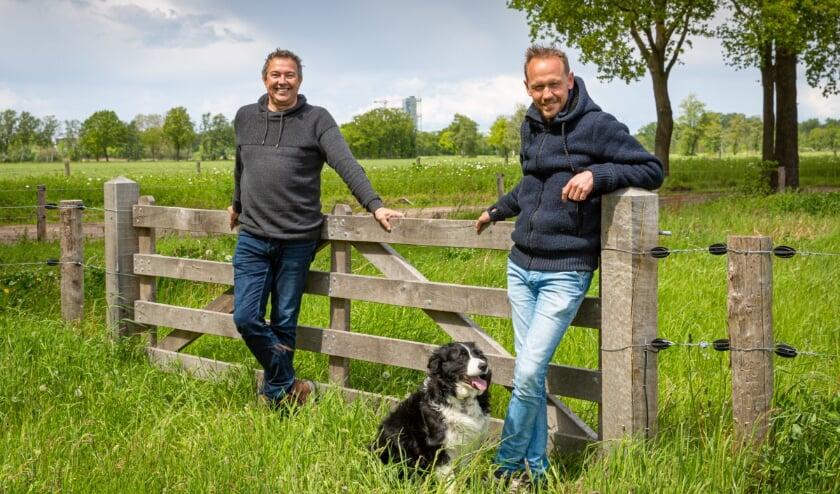 Peter van Kruijsdijk (l) en Peter van den Broek, trots in de achtertuin van de High Tech industrie.