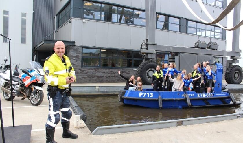 <p>Wijkagent Stefan van Ellinkhuizen hielp 2Tuff vanaf het begin. ,,DIt is hoe we willen zijn, niet alleen de boeman.&quot;</p>