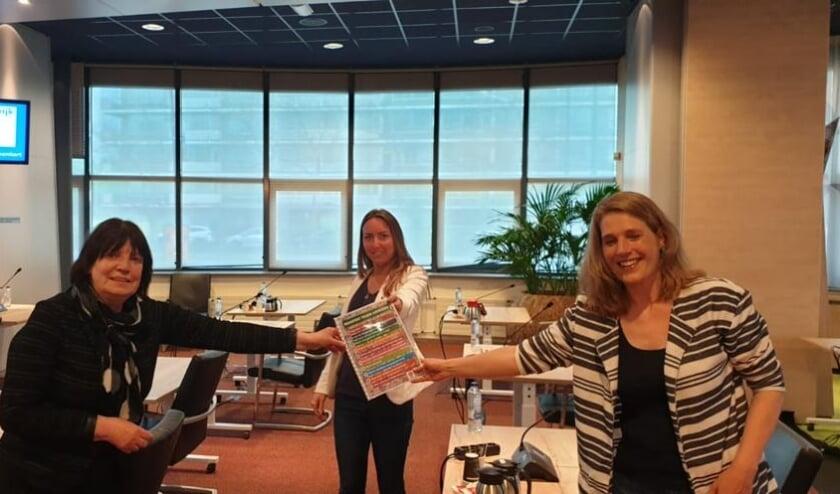 <p>Wil van Nunen (PvdA) en Hanneke van der Kooij (GroenLinks) wethouder Larissa Bentvelzen onlangs een manifest aangeboden&nbsp;</p>