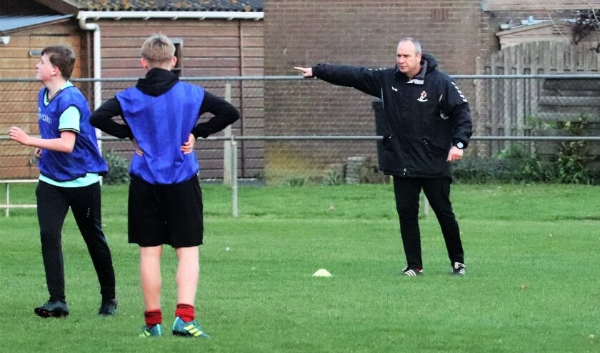 <p>Marien van Tussenbroek coacht zijn jonge spelersgroep tijdens een doordeweekse training.&nbsp;</p>