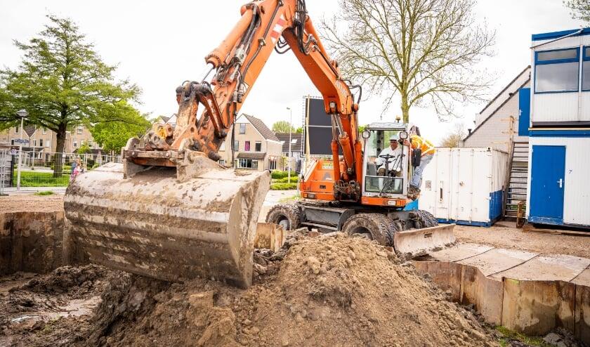 <p>Wethouder Jos Huizinga maakt een begin met het uitgraven van de verdiept gebouwde gymzaal.</p>