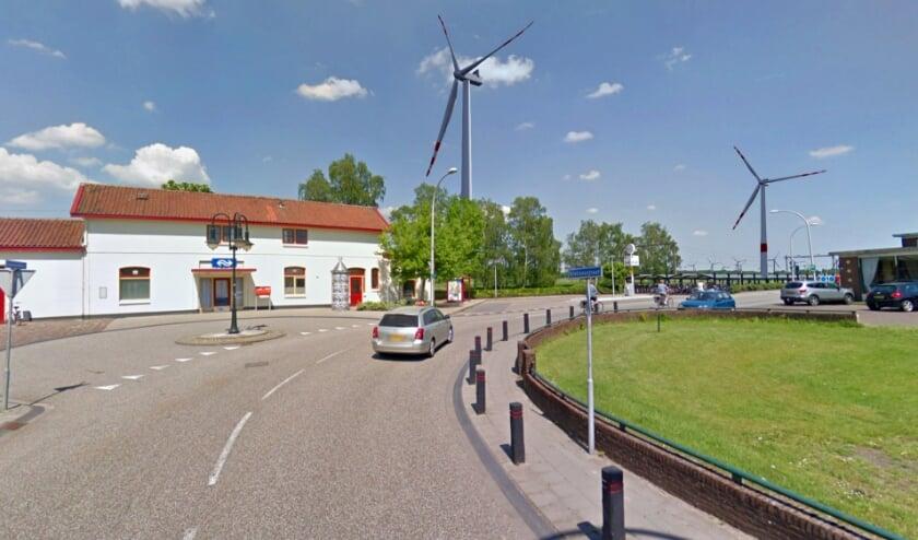 <p>Station Holten (Holterenk): de afstand tot de windturbine links vanaf het station is 335 meter en 845 meter naar de rechter windturbine.</p>