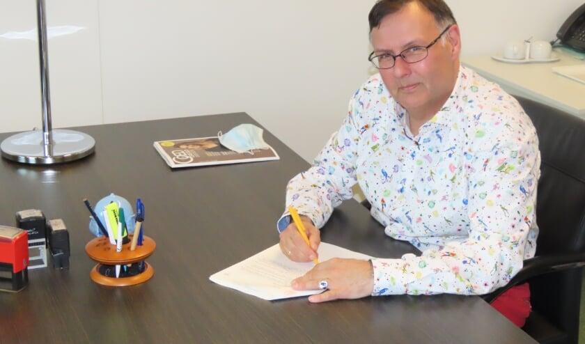 Voorzitter tekent nieuwe statuten