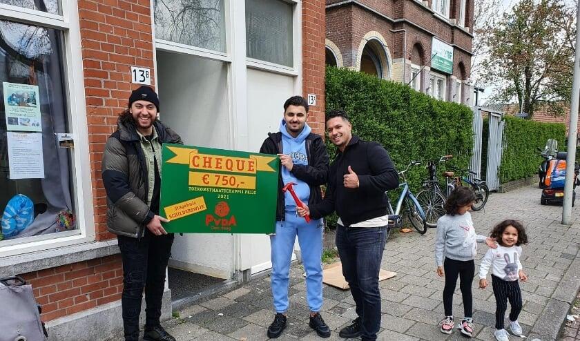 <p>Bij het Stagehuis Schilderswijk zijn ze blij met de prijs en de bijbehorende cheque.</p>