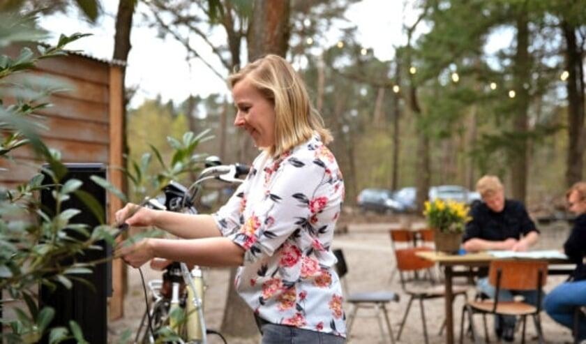 <p>Bij elk Brabants Fietscaf&eacute; is een oplaadpunt voor de e-bike aanwezig, zo ook bij Charme Camping Hartje Groen & De Boshut. (Foto: VisitBrabant)</p>