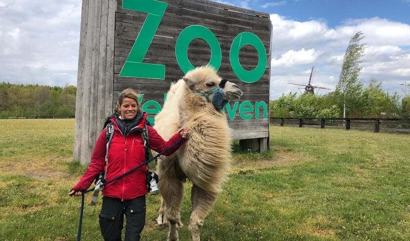 <p>Tamar en haar kameel Einstein.</p>