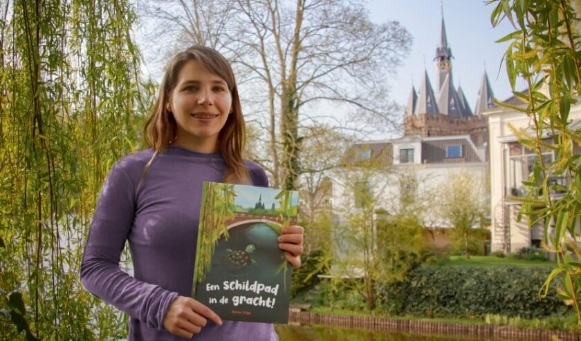 <p>Anne Vree met haar nieuwe prentenboek.&nbsp;</p>