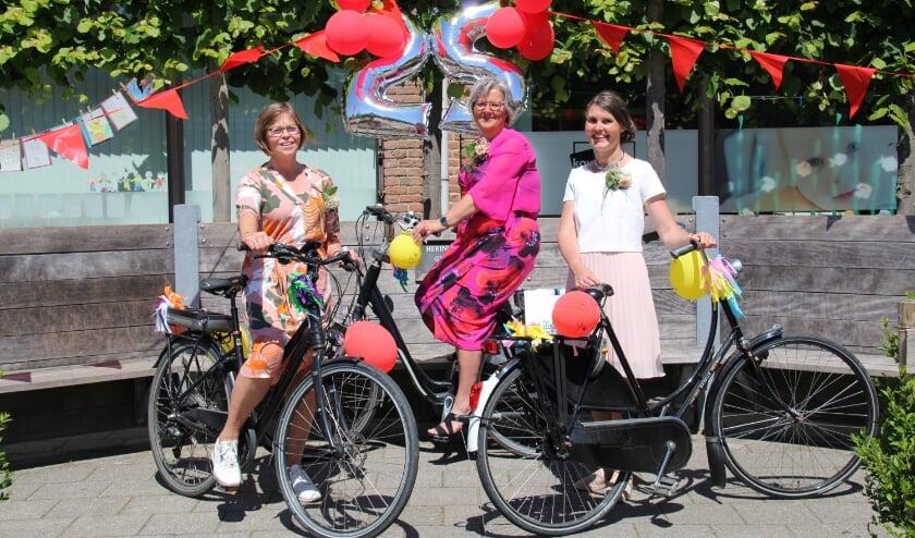 Juf Sary van Duin uit groep 8 en juf Rita Faasse uit groep 5 werken dezer dagen alweer 25 jaar op de Versluijsschool. Juf Carine van der Maas uit groep 7 mocht vieren dat ze al 25 jaar in het onderwijs werkt.