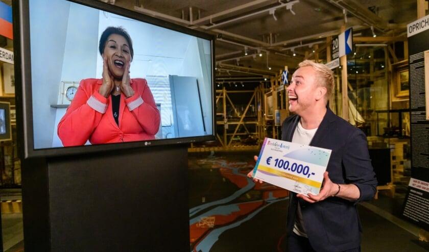 <p>BankGiro Loterij-ambassadeur Jamai Loman verrast Deetye uit Westervoort met haar prijs met 100.000 euro.</p>