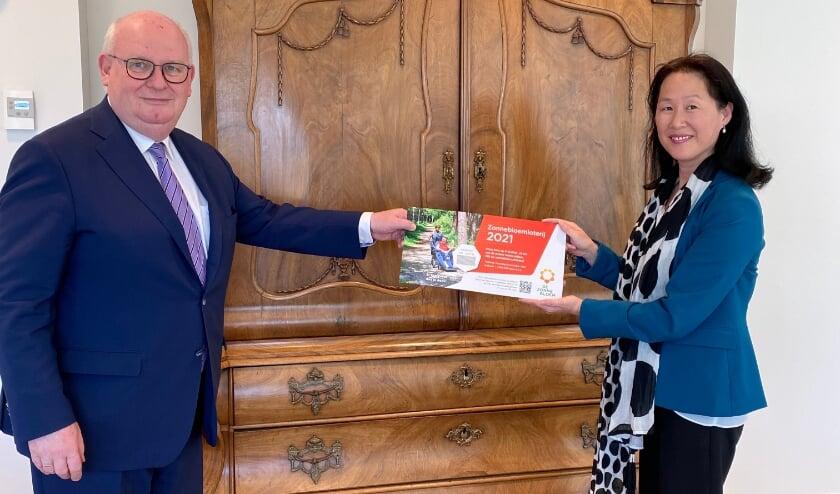 <p>Frans Backhuijs, Burgermeester Nieuwegein & Helen Adriani, voorzitter Zonnebloem afdeling Nieuwegein-Zuid.Mediacontact. Eigen foto</p>