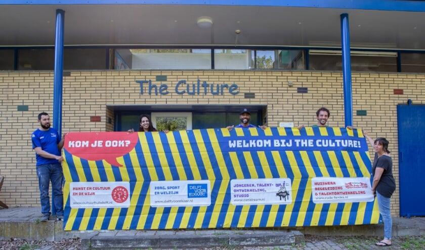 <p>Op de foto v.l.n.r: , Mohammed Abraimi (Delft voor Elkaar), Moen Mangroe (Rode Feniks), Derrick Leeuwin (CANIDREAM), Harmen van der Laan (Rode Feniks) en Angela Kok (Cultuurhuis Delft) bij wijkcentrum The Culture.&nbsp;</p>