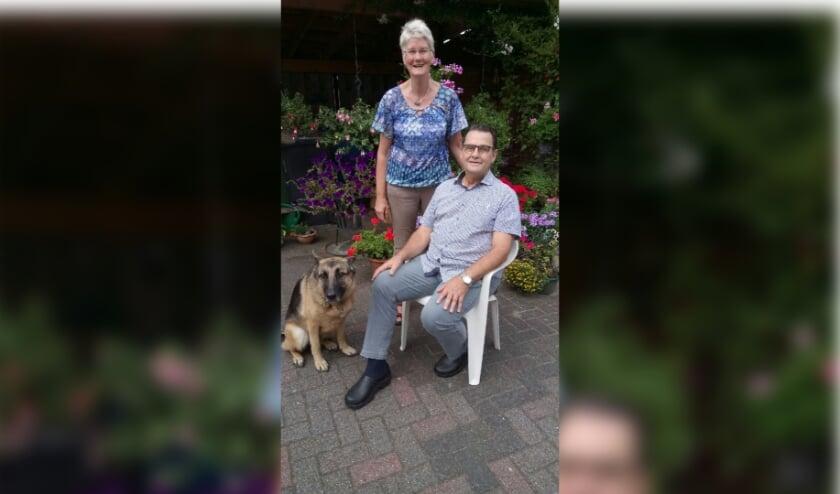 <p>Franz en Gerry, hier op een wat oudere foto met hun hond, zijn vandaag vijftig jaar getrouwd. Eigen foto</p>