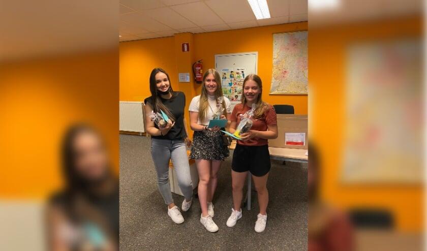 <p>Vanmorgen kregen de drie harde werkers dan ook een groot applaus van iedereen en ze kregen een kleinigheidje overhandigd door hun docent Nederlands.</p>