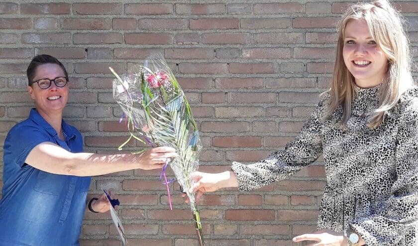 <p>Heidi van der Scheer (links) ontvangt van Eva Mulderij de tweede prijs. </p>