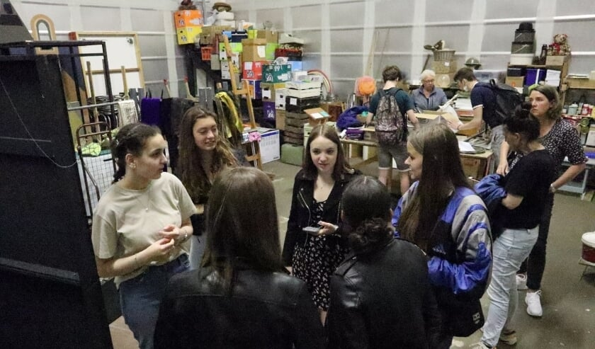 De groepen 'kostuums' en 'rekwisieten' zijn aan het zoeken wat ze nodig hebben voor het toneelstuk.