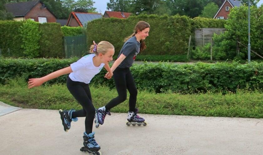 Twee meisjes skaten in 's-Heerenberg. De gemeente hoopt dat de jeugd weer volop in beweging komt.