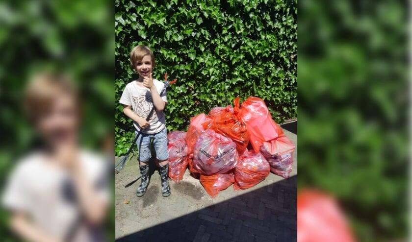 <p>Nielson bij de berg afval die hij zelf verzameld heeft.</p>