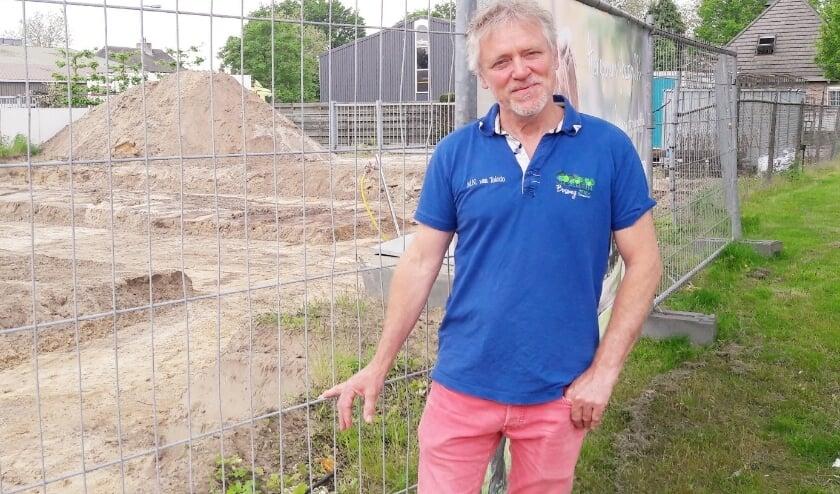 <p>Dierenarts Max van Toledo, bij de bouwplaats van het nieuwe gebouw van dierenartsenpraktijk Bosweg</p>
