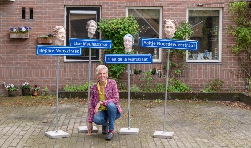 <p>Kunstenares Anja Temmink-Stolk voor haar atelier Lamozanja, met de serie portretten 'straatnamen krijgen een gezicht'.</p>