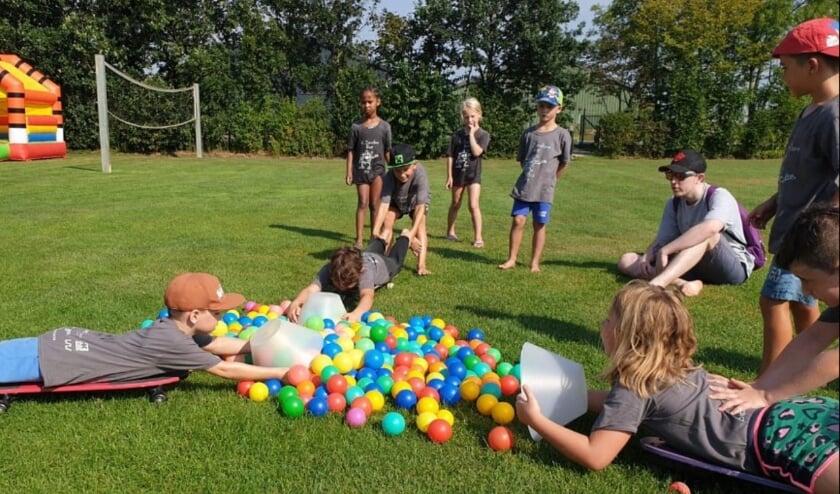 <p>Uiteenlopende spelactiviteiten zoals hier op de foto zijn een belangrijk onderdeel van het jaarlijkse zomerkamp.</p>