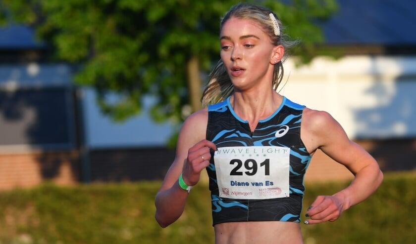 <p>Diane van Es tijdens haar race over 5.000 meter waarin ze ruim de limiet haalde voor de Spelen in Tokyo. (Foto: Erik van Leeuwen)</p>