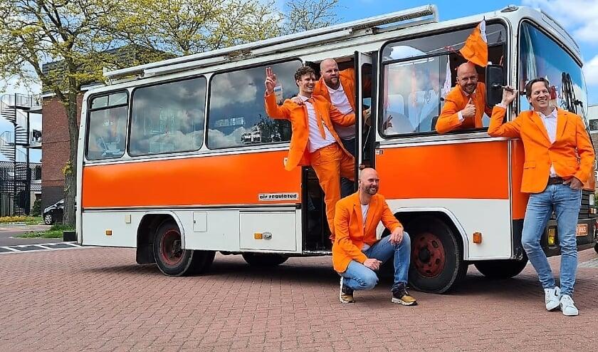 <p>De Oranjes met supporters- en artiestenbus.</p>