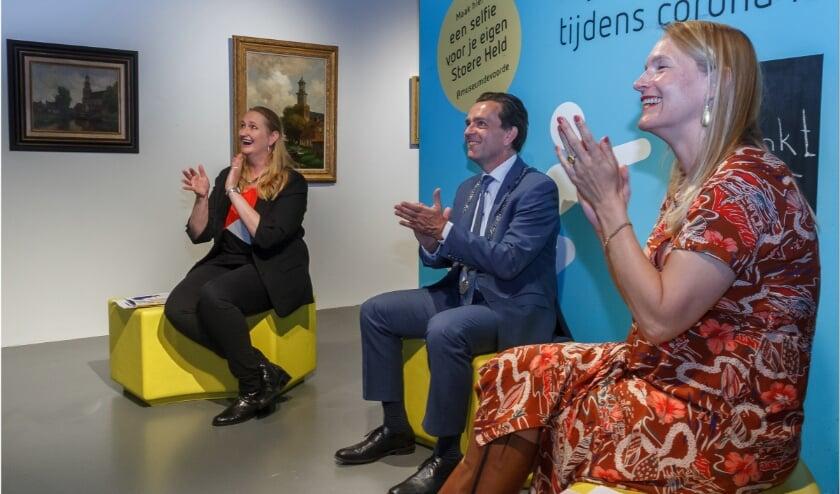 <p>Marjonnen Kube - van Dijk, burgemeester Michel Bezuijen en museumdirecteur Sabine Huls tijdens de online uitreiking.&nbsp;</p>
