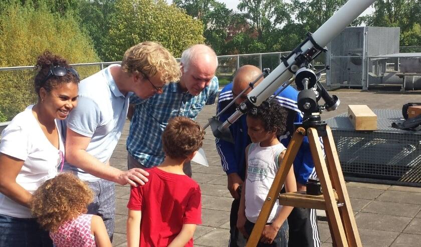 <p>Veel belangstelling voor de telescoop van&nbsp;Sterrenwacht Presik<em>heaven.</em></p>