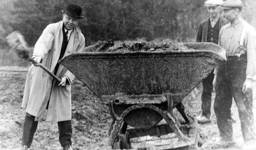 <p>Henk Misset zet de eerste spade in de grond voor Zwembad Groenendaal, najaar 1935.</p>