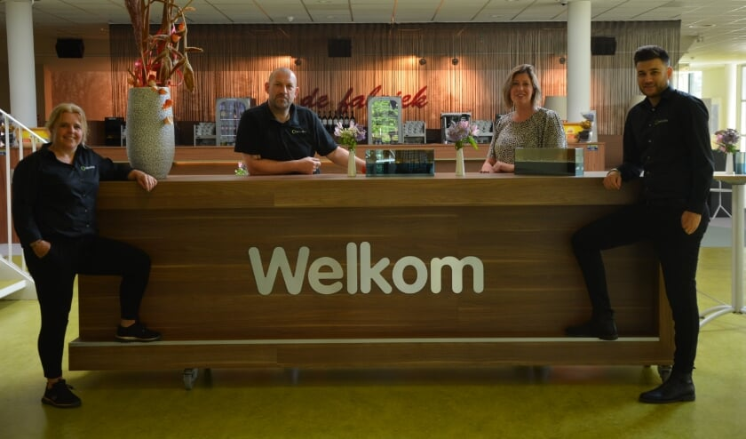 <p>Hannelore Leusink (tweede van rechts) en haar team zijn blij dat ze weer alle bezoekers kunnen ontvangen in Veluvine.</p>