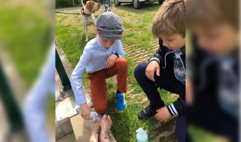 <p>Een van de opdrachten tijdens de zoektocht &#39;de voetenwassing&#39;</p>