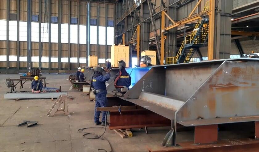 <p>e brugdelen worden eerst in de constructiehal van Mercon in Gorinchem gemaakt. &nbsp;</p>