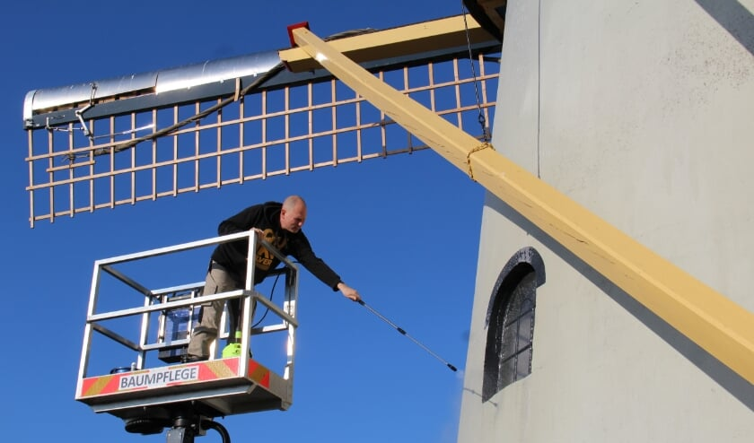 <p>Remco aan het werk bij Molen De Hoop</p>