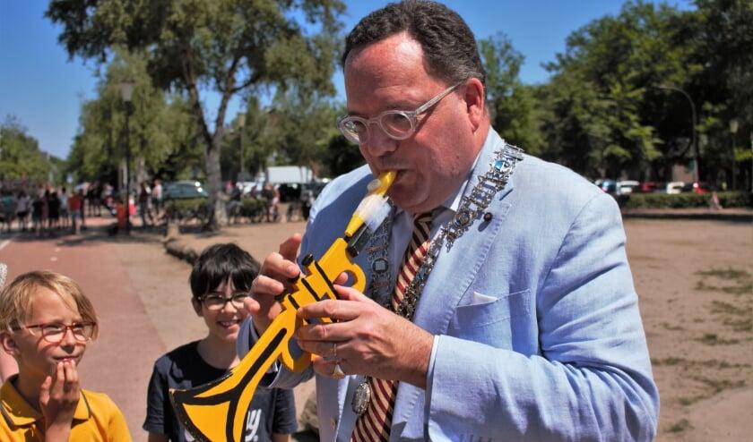 <p>Burgemeester Van de Mortel gaf een klein concert voor de aanwezige leerlingen van de Koningslinde. Met een kazoo op een houten trompet kan iedereen muziek maken, ook zonder noten te kunnen lezen.</p>