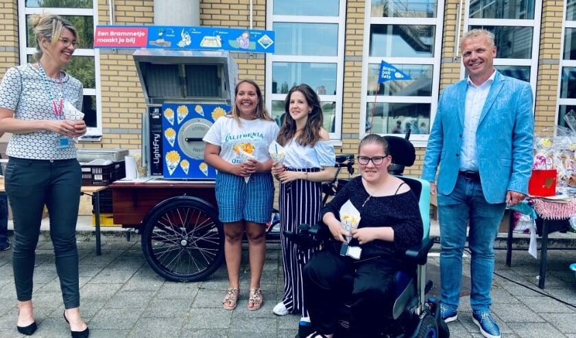 <p>De bakfiets werd in ontvangst genomen door kinderen van de Kinderadviesraad en Pien Beltman, directeur van het Erasmus MC Sophia.&nbsp;</p>