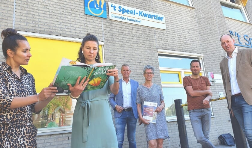 <p>Josine Tuhusula en Irene Westeneng, Kees v. Essen (Rotaryclub), Corina v. Harn (Veens), Jop Urbanus (&rsquo;t Speelkwartier) en Ren&eacute; Reins (Rotaryclub).</p>