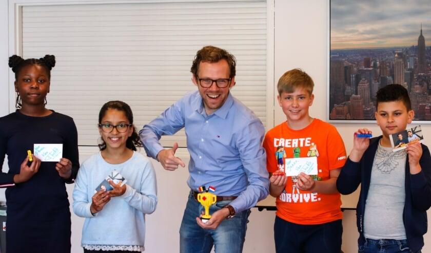 <p>De Kids Reporters met LEGO Master Thomas.</p>