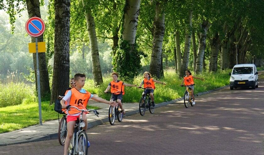 leerlingen fietsen hun verkeersexamen