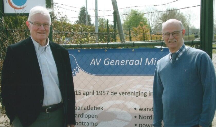 <p>Leo Bisschops (links) heeft de voorzittershamer van het Schoolsport Olympiade comit&eacute; overgedragen aan Paul Gondrie.</p>