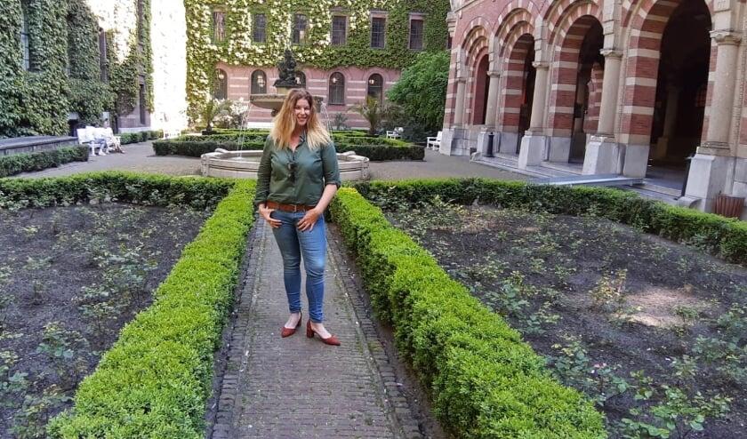 <p>Jenny van As in de tuin van het stadhuis, &eacute;&eacute;n van de weinige favoriete plekken die niet aan het water ligt. Maar wel de plek waar ze tientallen gelukkige bruidsparen zag poseren.</p>