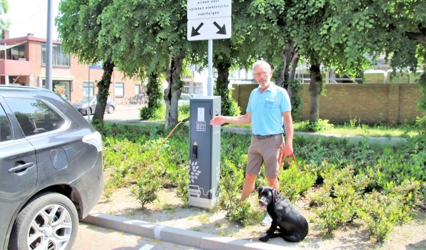 <p>Koos Meijer met Joris bij de openbare laadpaal op het Whemeplein, Deze laadpaal staat nog niet op de gemeentelijke website.</p>